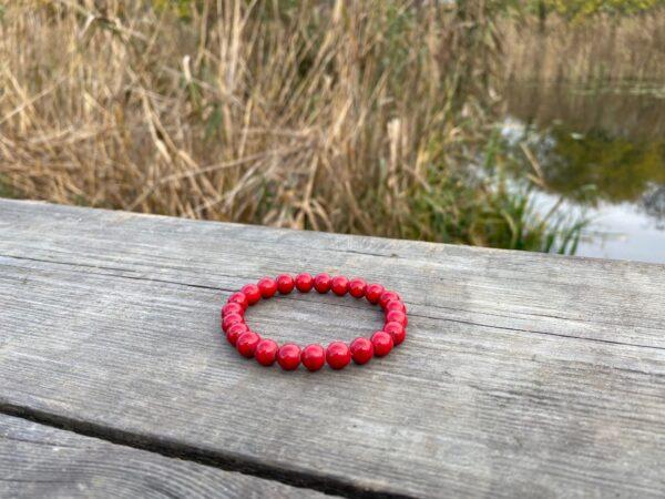 Bransoletka Howlit czerwony 8mm